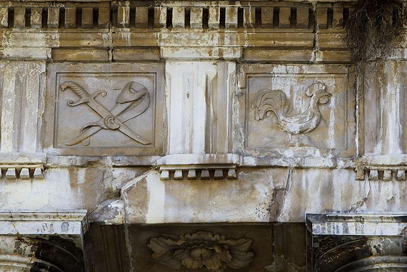 El gall gravat a sobre les columnes de la catedral de Vic