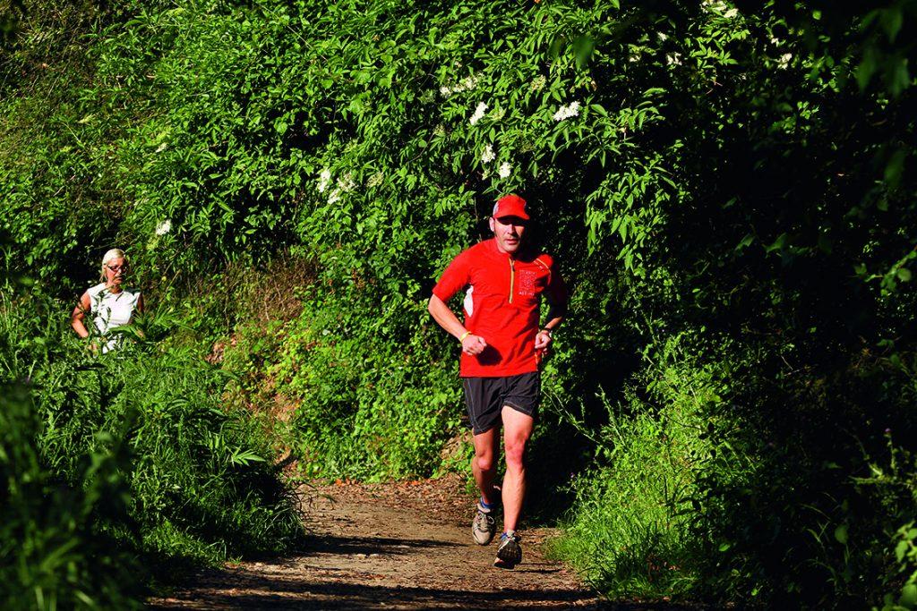 Un corredor al camí al pantà de Vallvidrera. Parc Natural de Collserola