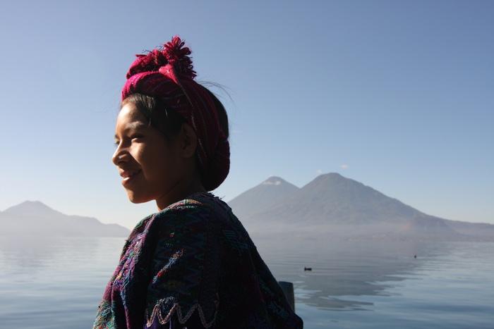 Una dona maia al llac Atitlán