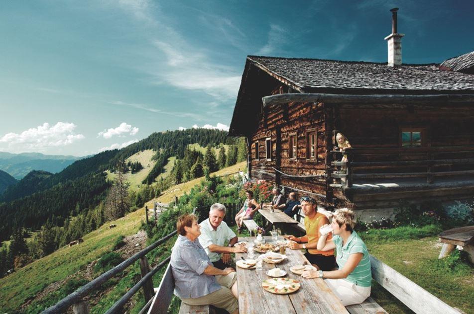 Persones menjant a l'aire lliure entre muntanyes d'Àustria
