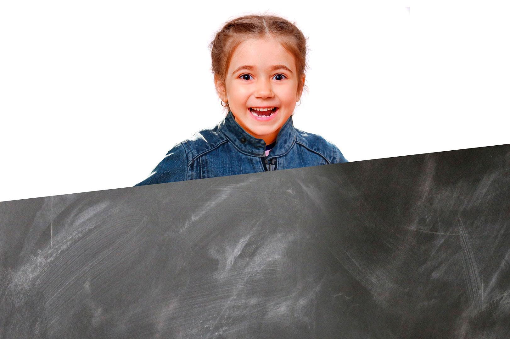 Dues fotos: una nena en anys d'aprenentatge i una pissarra esborrada