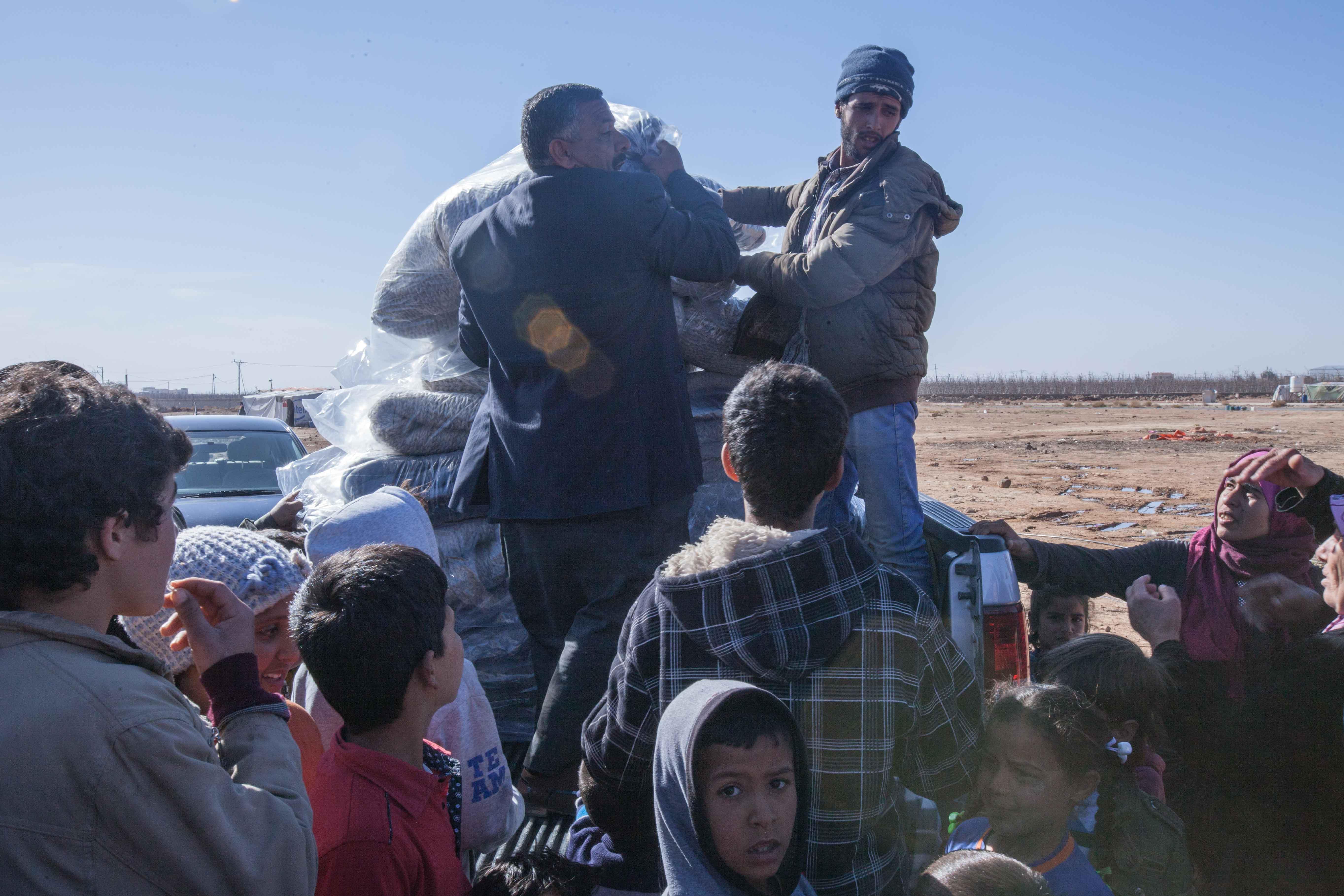 توزيع بطانيات الصوف في شمال الاردن - تصوير: حارث طبلت