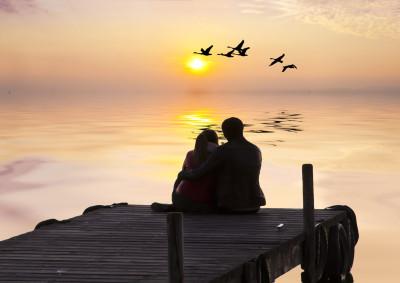 novios mirando el amanecer