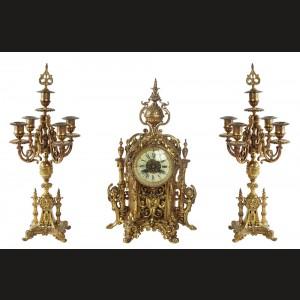 Garnitură franceză de şemineu, formată din ceas decorativ de șemineu şi pereche de sfeşnice, decorate bogat în manieră Neo-barocă