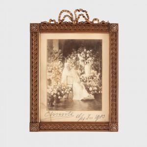 Fotografie a Reginei Elisabeta, cu semnătura olografă a reginei, 1913, în ramă de colecție