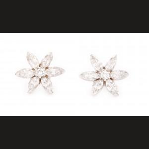 """""""Flori de diamante"""" - pereche de cercei din aur alb, decorată cu diamante"""