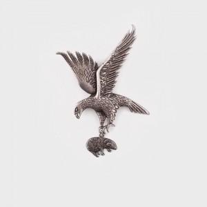 Broşă din argint peruan, înfăţişând un vultur cu pradă