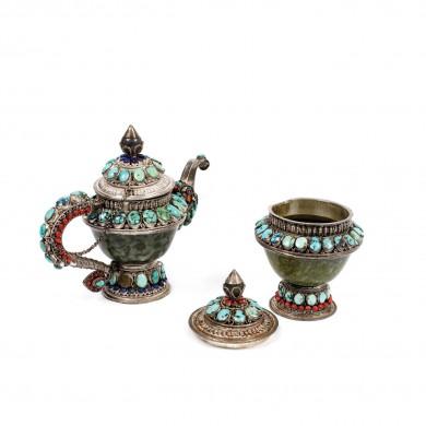 Set format din ceainic şi cutie pentru ceai, din argint și steatit, decorat cu motive tradiționale și pietre semiprețioase, Tibet, sec. XIX