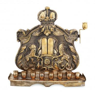 Menora din alamă, decorată cu lei și Tablele Legii, prima jumătate a sec. XX