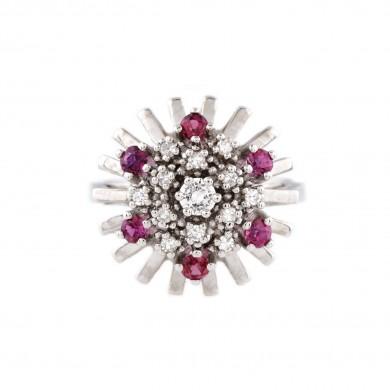Inel din aur alb, ornat cu o coroană de rubine și diamante