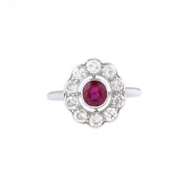 Inel din aur alb, decorat cu un rubin central înconjurat de diamante