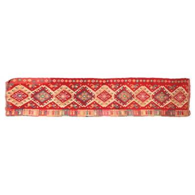 Scoarță maramureșeană de rudă, din lână, decorată cu motivul horei, tricolorul și alte motive tradiționale, începutul sec. XX