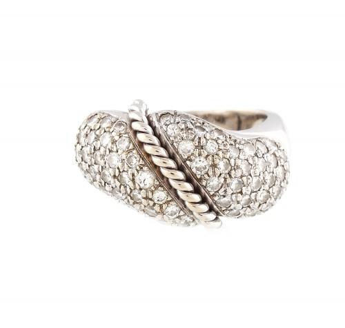 Inel din aur alb, decorat cu ramură împletită și pavaj de diamante