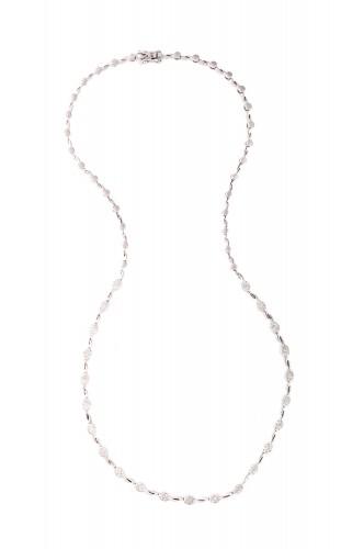 Colier din aur alb, decorat cu diamante
