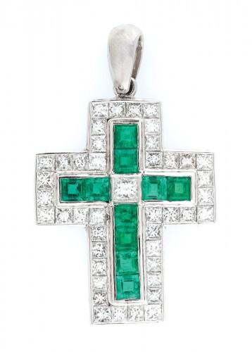 Pandantiv-cruce din aur alb, decorat cu smaralde și diamante