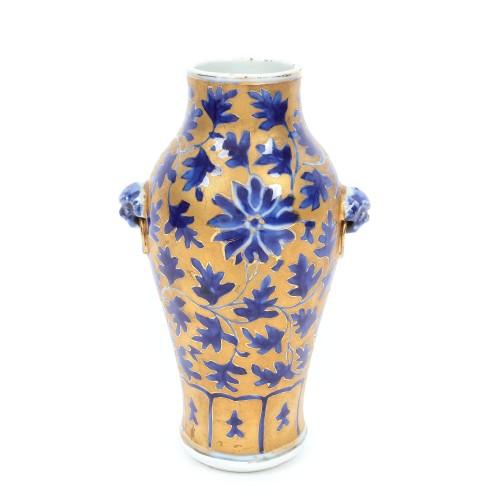Vas din porțelan emailat cu aur, decorat cu frunze de arțar și crizantemă, perioada Jiaqing-Daoguang, China, cca. 1820