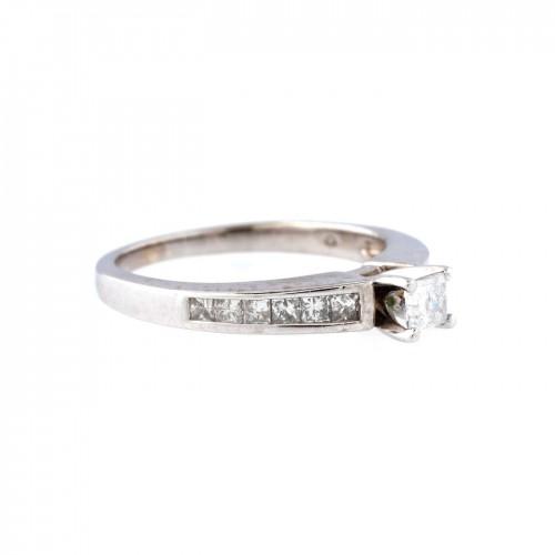 Inel din aur alb, decorat cu diamante
