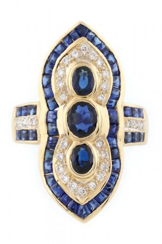 Interesant inel din aur, cu decor de inspirație orientală cu safire și diamante