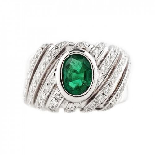 Inel din aur alb, decorat cu smarald și suite de diamante