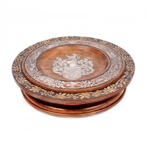 Rar trofeu din lemn, cu decor heraldic și simboluri cinegetice intarsiate cu argint, sec. XIX, piesă de colecție