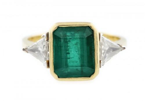 Inel din aur, decorat cu smarald central și două diamante triunghiulare alăturate