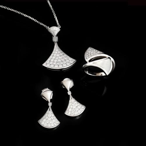 """Diva's Dream"" - set Bvlgari din aur alb, ornat cu pavaj de diamante și sidef"