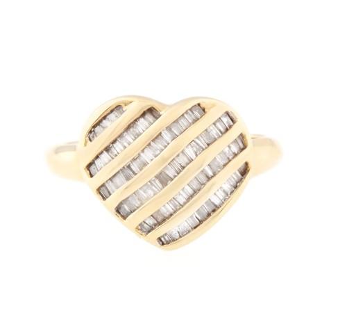 Inel din aur, în formă de inimă pavată cu diamante baguette
