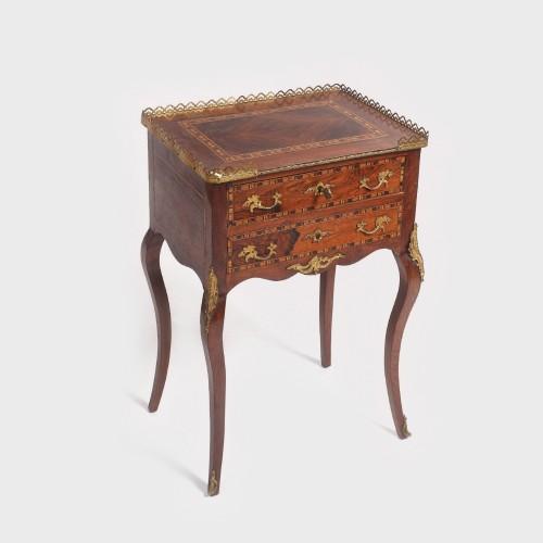 """Delicată măsuţă tip """"table de chevet"""" în stil Louis XV, pentru salon, începutul sec. XX"""
