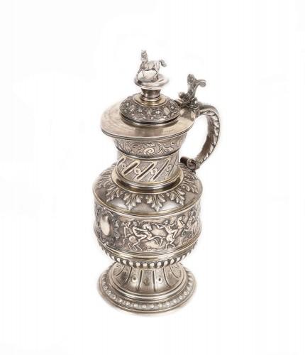 Cană din argint Koch & Bergfeld, decorată cu scene de luptă între centauri, constituind trofeul de onoare al unui prestigios concurs de echitaţie din Strasbourg, cca. 1886-1888, piesă de colecţie