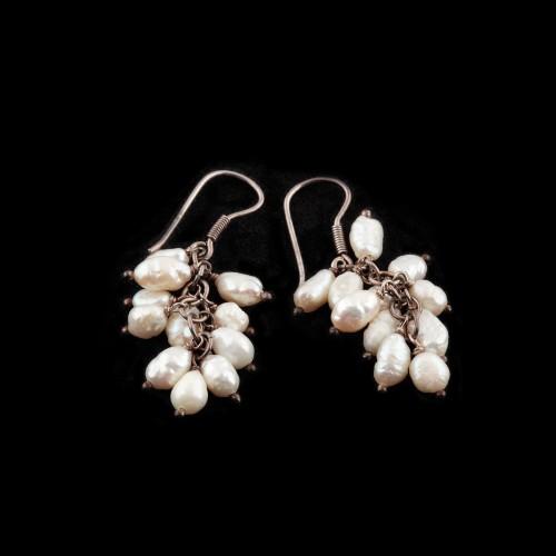 Pereche de cercei din argint decorați cu perle