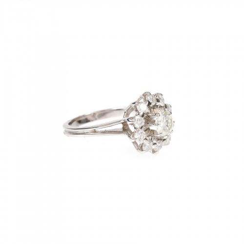 Inel din aur alb, decorat cu diamante în formă florală