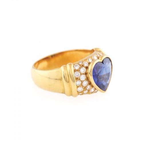 """""""Ocean Heart"""" - inel din aur, decorat cu safir fațetat inimă în anturaj de diamante"""