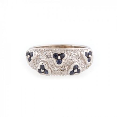 Inel din aur alb, decorat cu safire în formă de flori și diamante