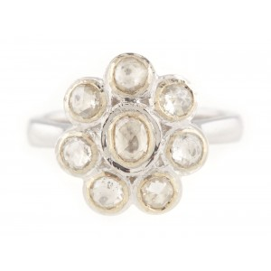 Inel din aur alb, ornat cu floare de diamante