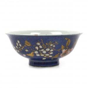 """Bol de tip """"pulbere albastră"""", din porțelan glazurat cu email de culoarea cobaltului și aurit, decorat cu motivul florilor de prun, perioada Kangxi, China, cca. 1662-1722"""