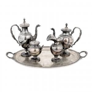 Set din argint, compus din 2 ceainice, letieră, zaharniță și tavă, provine din colecția familiei Acad. Alexandru Balaci