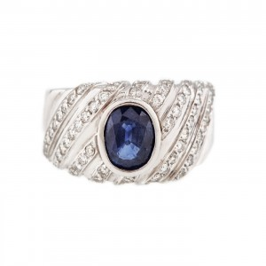 Frumos inel din aur alb, decorat cu safir și suite de diamante