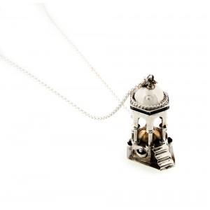 Pandantiv-mărțișor, fântână din argint, cu decor emailat, reprezentând o fântână