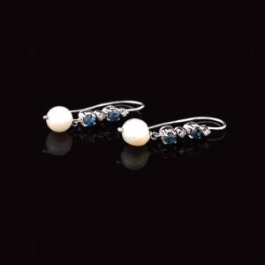 Pereche de cercei din aur alb, decorată cu safire, diamante şi perle