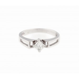 Inel din aur alb, ornat cu un frumos diamant princess