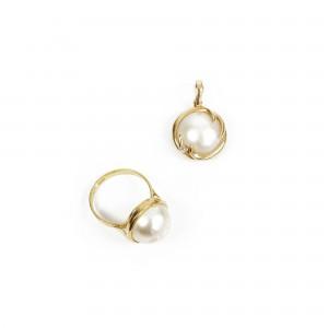 Set format din inel și pandantiv din aur, ornat cu perle Mabe