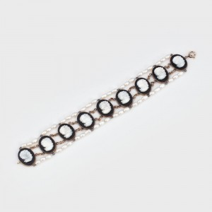 """""""Nouă domnișoare"""" - brățară din aur, decorată cu onix, sidef și perle"""