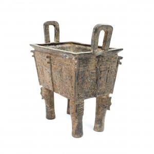 """Important vas ritualic din bronz de tip """"Fang ding"""", decorat cu măști """"Taotie"""", perioada dinastiei Zhou de Vest, China, sec. X-IX î.e.n."""