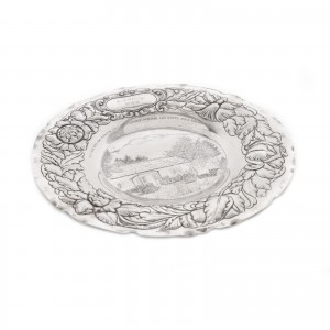 Platou din argint, cu decor central gravat și cu bordură au repoussé