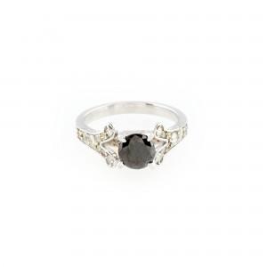 Inel din aur alb, decorat cu diamante și diamant negru