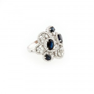 Inel din aur alb, decorat cu diamante și safire