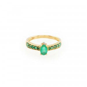 Inel din aur, ornat cu smaralde anturate de diamante