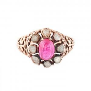 Inel vintage din aur, decorat cu rubin caboşon în anturaj de diamante