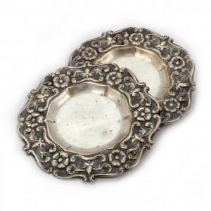 Pereche de farfurioare din argint, cu bordură bogat decorată