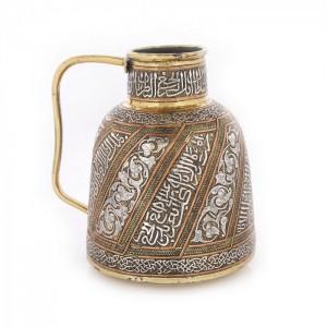 Carafă din alamă cu intarsii argintate, decorată cu inscripții în manieră kufic, perioada sultanatului Mamluk, Egipt, sec. XV, piesă foarte rară, de colecție